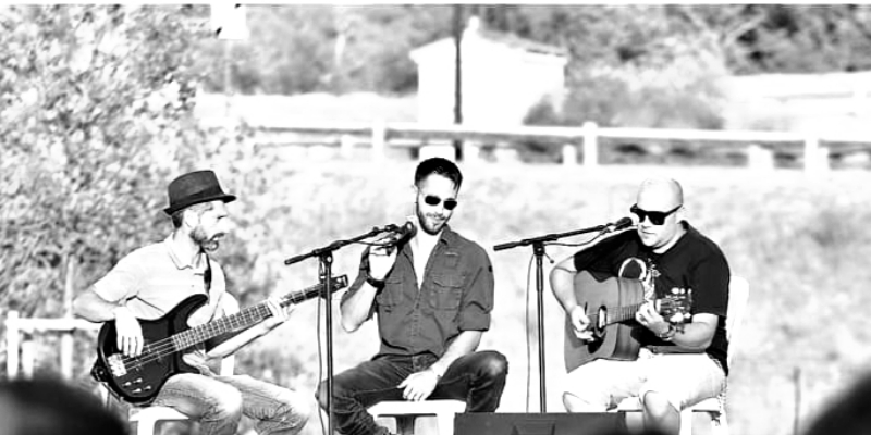 Acoustic live concept , groupe de musique Chanteur en représentation à Bouches du Rhône - photo de couverture