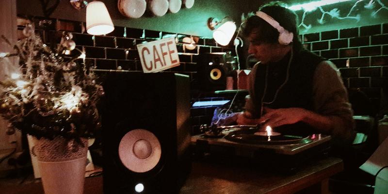 Col. J, DJ Dj en représentation - photo de couverture n° 1