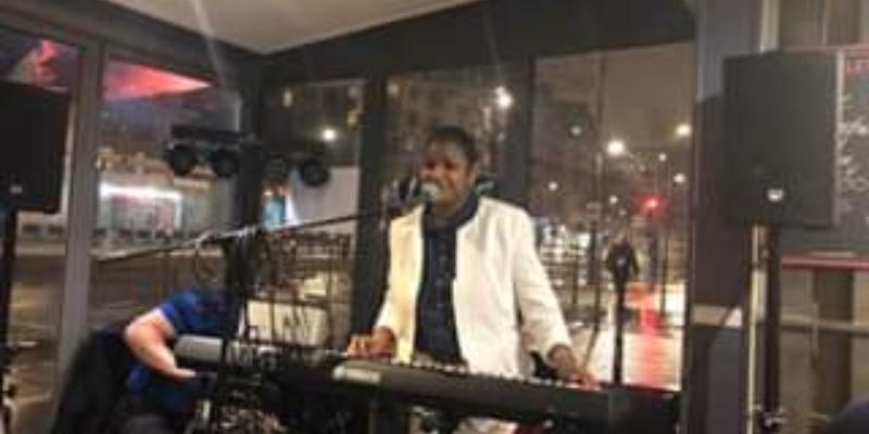 Béa et Vincent, musicien Soul en représentation à Paris - photo de couverture