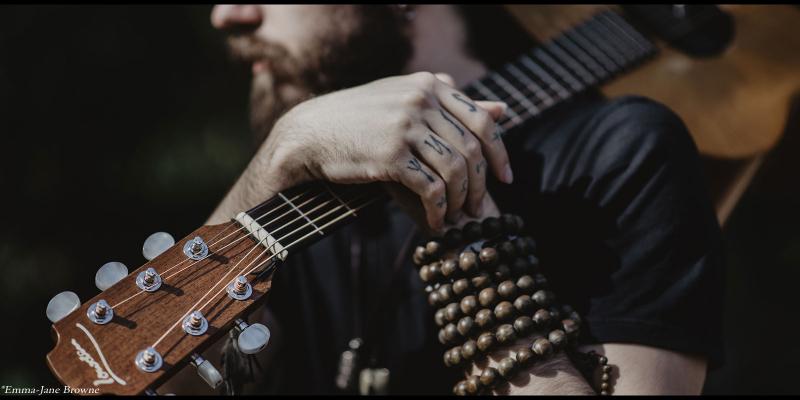 Ash Orphan, musicien Chanteur en représentation - photo de couverture n° 2