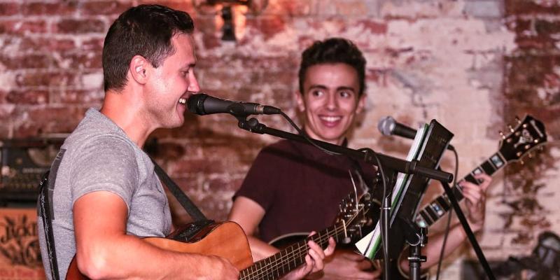 Ben & Tim, musicien Guitariste en représentation à Alpes Maritimes - photo de couverture