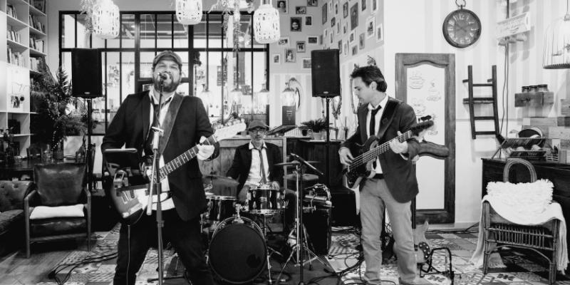 ON STAGE, groupe de musique Rock en représentation à Var - photo de couverture