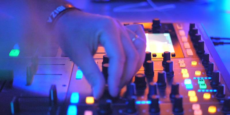 DJ Stef, DJ Dj en représentation - photo de couverture