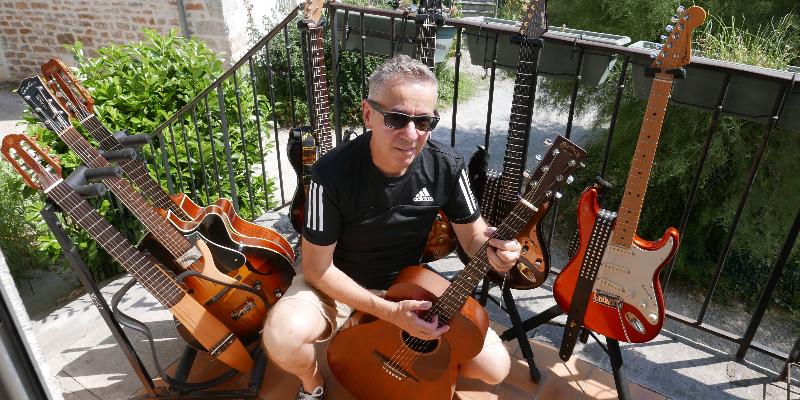 Jean-Pierre Mouton, musicien Chanteur en représentation à Doubs - photo de couverture
