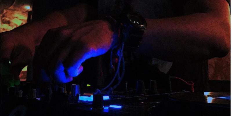Sébastian Dots, DJ Dj en représentation - photo de couverture n° 2