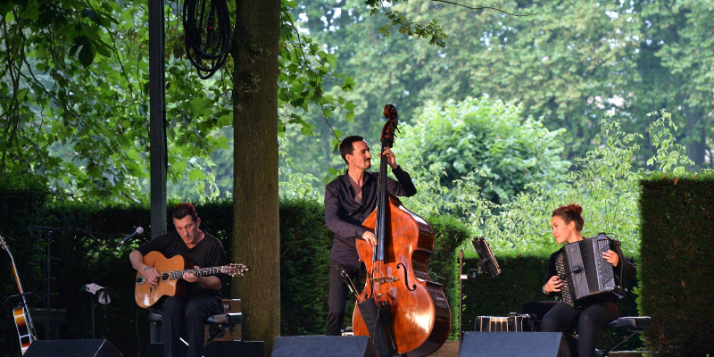 viaggio, groupe de musique Jazz manouche en représentation à Cher - photo de couverture