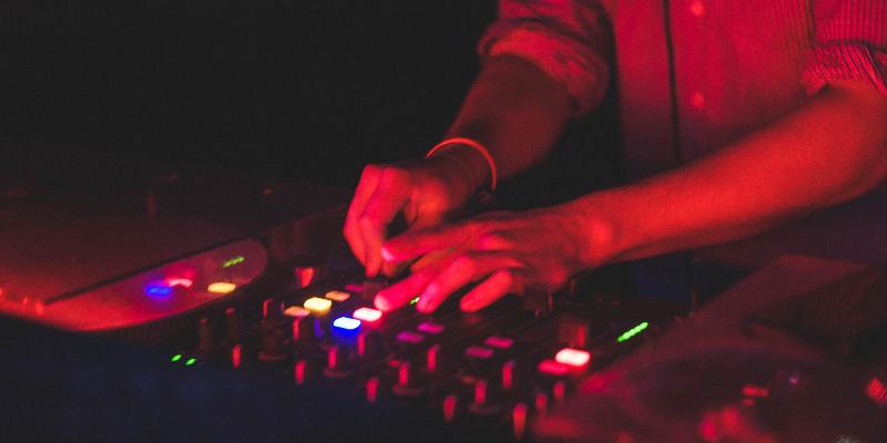 Maquesi, DJ Dj en représentation - photo de couverture