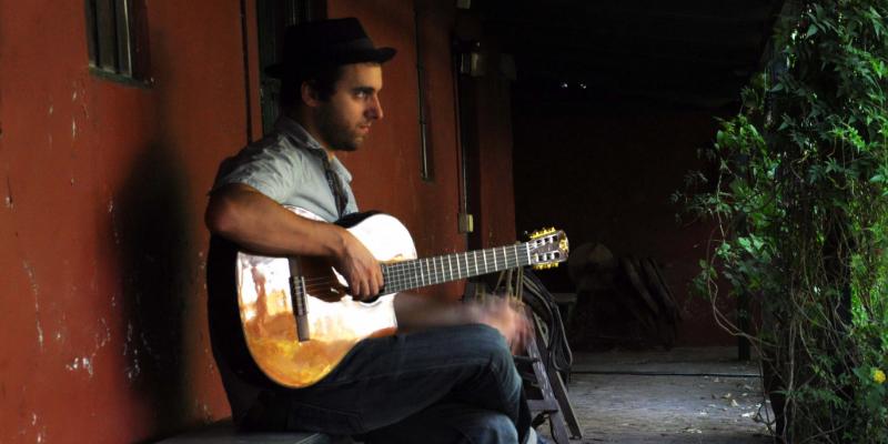 Javier Adaro, musicien Acoustique en représentation à Aube - photo de couverture n° 3
