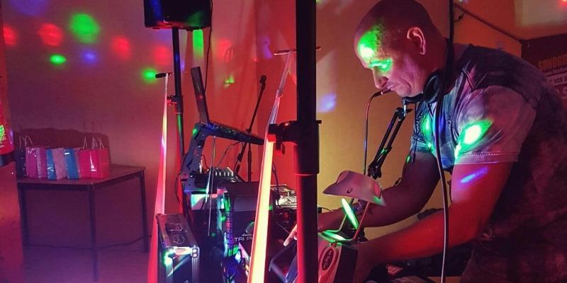 SONOGIBS, DJ Dj en représentation - photo de couverture n° 1