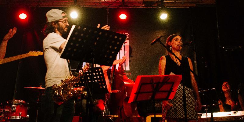Girassol, groupe de musique Chanteur en représentation à Paris - photo de couverture n° 1