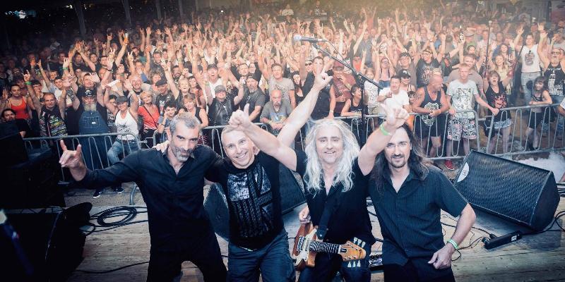 """Megaphone """"le show Téléphone, groupe de musique Rock en représentation à Rhône - photo de couverture"""