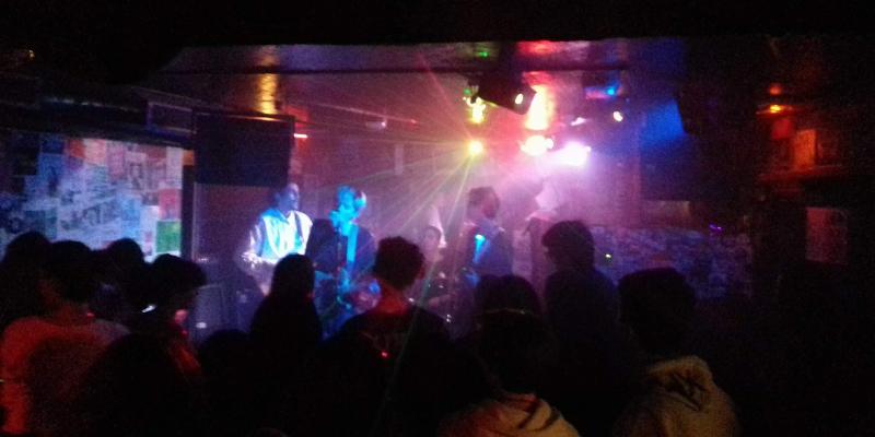 LORIS & THE BUSKERS, groupe de musique Chanteur en représentation - photo de couverture n° 2