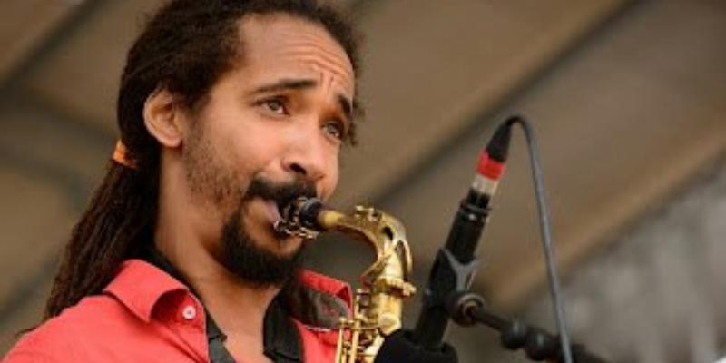 Simeon Darnal, musicien Saxophoniste en représentation - photo de couverture