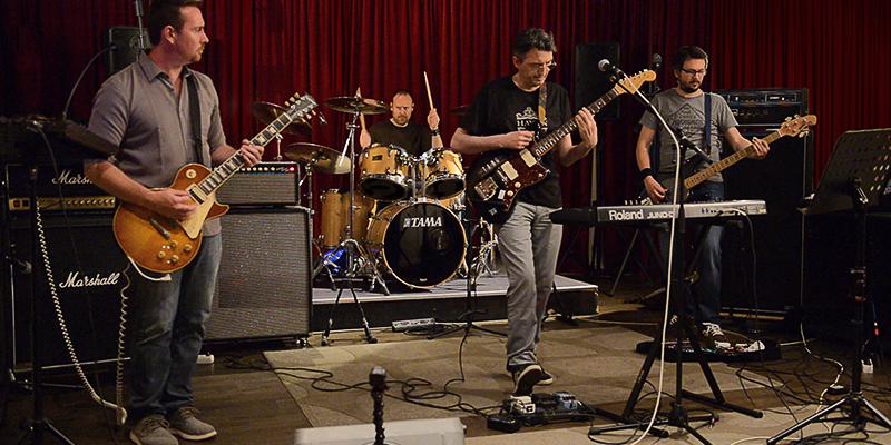 Maximum Paradise, groupe de musique Rock en représentation - photo de couverture