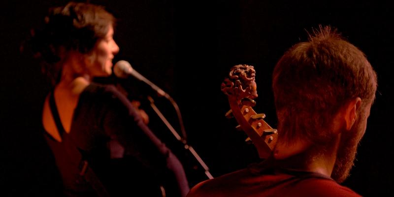Elles et Louis, musicien Chanteur en représentation - photo de couverture n° 1