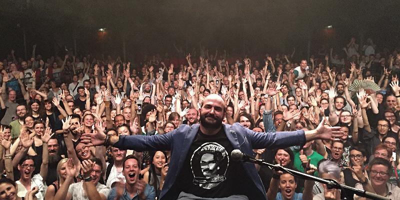 Avec Un Hache, musicien Chanteur en représentation à Paris - photo de couverture