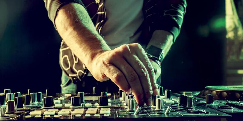 Vincent Bastille, DJ Dj en représentation - photo de couverture n° 2