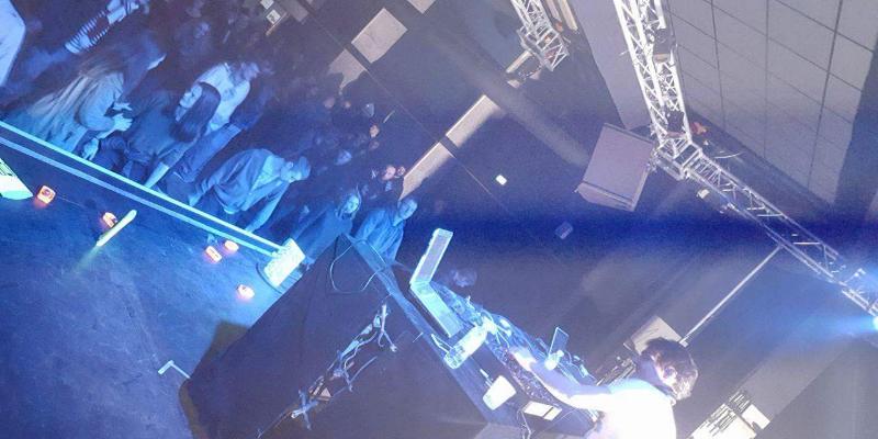 Mouldo, musicien Electronique en représentation - photo de couverture