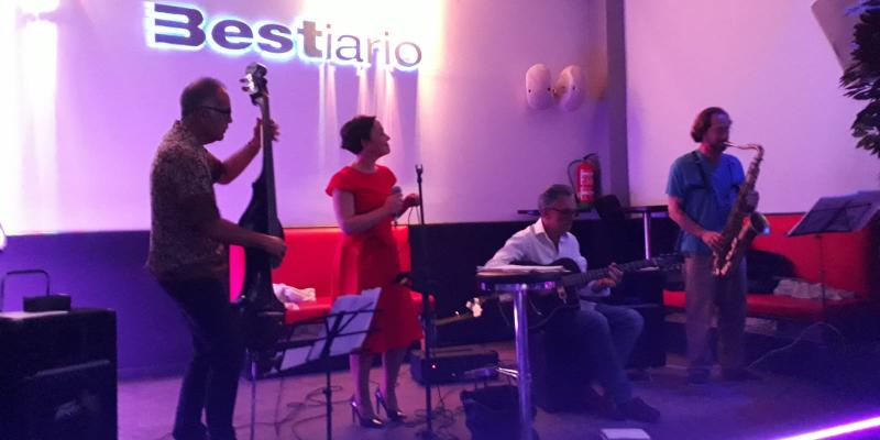 Mercedes y los viajeros, groupe de musique Chanteur en représentation - photo de couverture n° 3