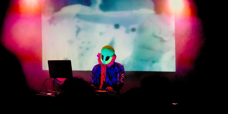 Squirrel, DJ Dj en représentation - photo de couverture