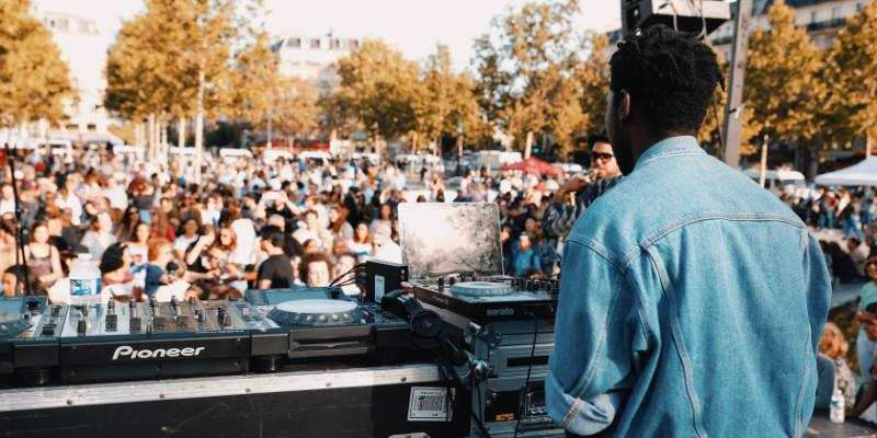 Jay L. Willys, DJ Dj en représentation - photo de couverture