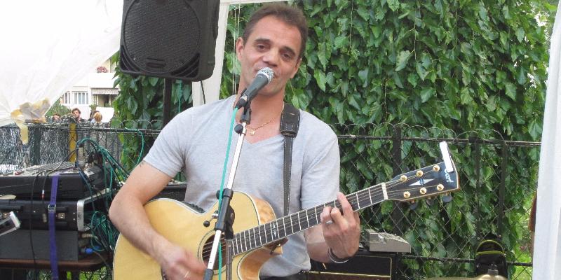 Laurent, musicien Chanteur en représentation - photo de couverture