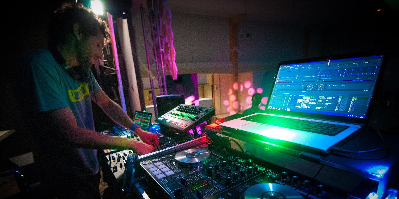 eKliTe, DJ Dj en représentation - photo de couverture n° 3