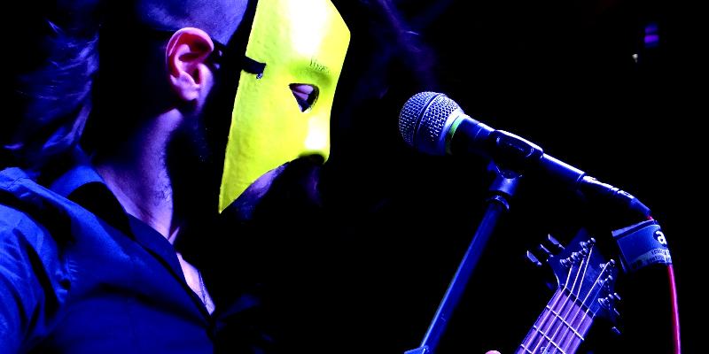 Dante Cry, musicien Chanteur en représentation - photo de couverture