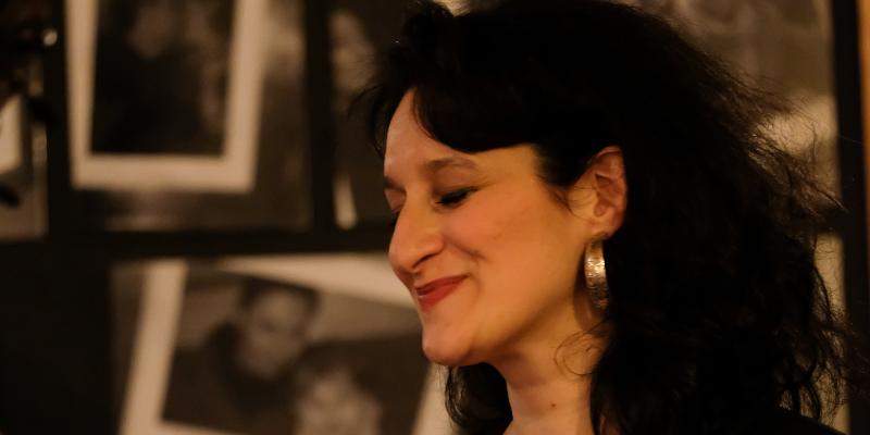 Hélène Makki, musicien Chanteur en représentation à Paris - photo de couverture
