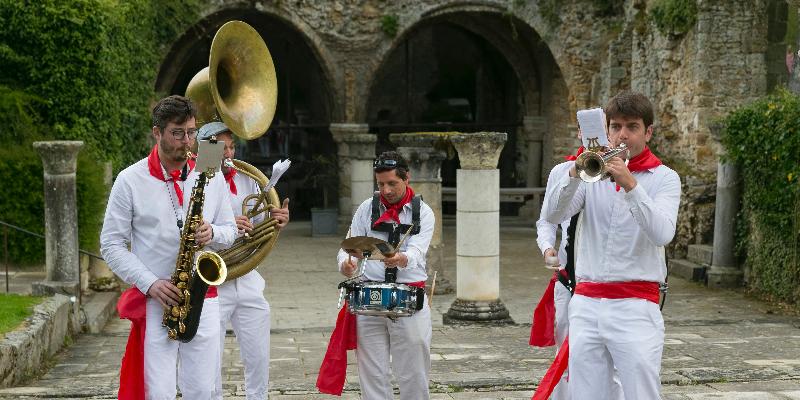 Les Dromaludaires, groupe de musique Fanfare en représentation à Paris - photo de couverture n° 1