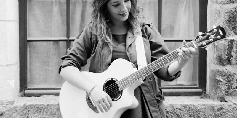 cerise sur la guitare, musicien Chanteur en représentation à Nord - photo de couverture