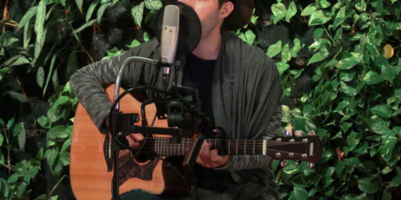 Ivi Porà, musicien Chanteur en représentation à Paris - photo de couverture n° 1