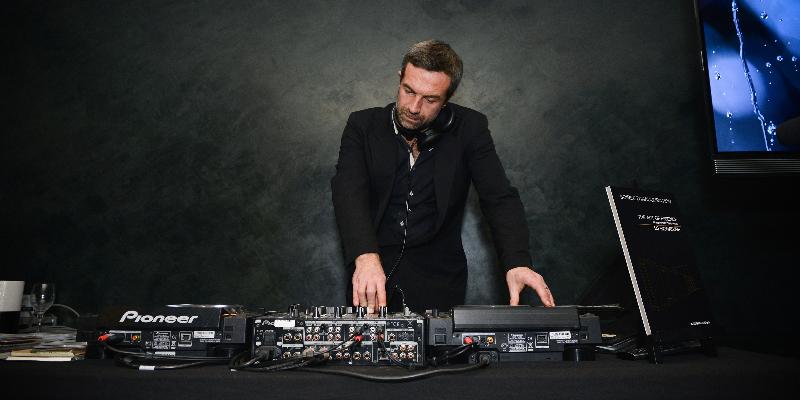 DJ Benua, DJ Dj en représentation à Paris - photo de couverture