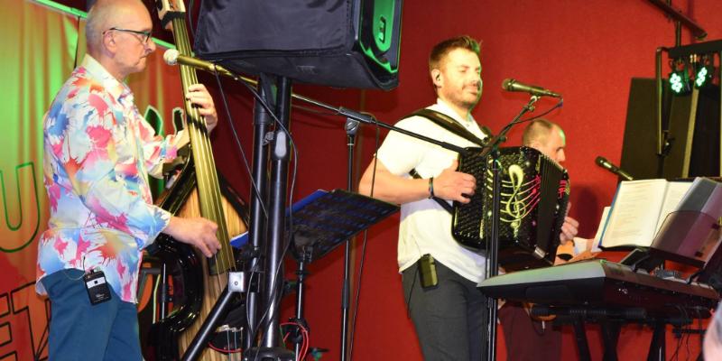 JULIEN, groupe de musique Chanteur en représentation à Corrèze - photo de couverture n° 3