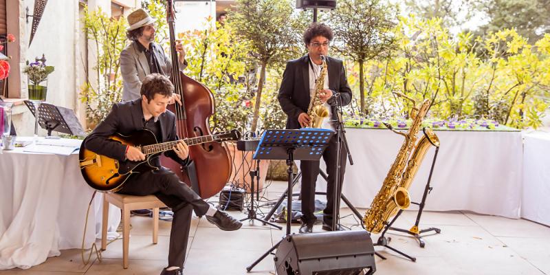 Molto jazz, groupe de musique Chanteur en représentation à Hérault - photo de couverture