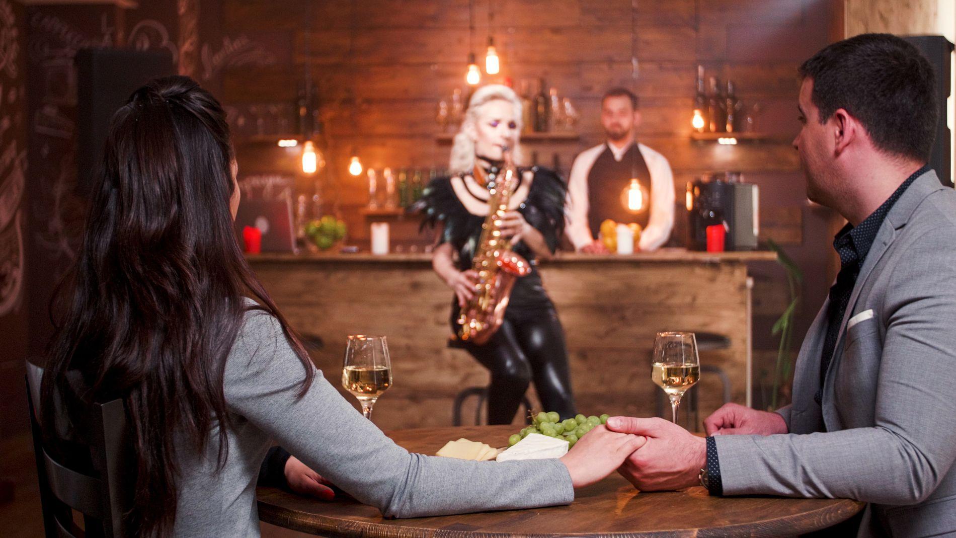 Table ronde pour 5 personnes sur la terrasse d'un restaurant au milieu de la nuit.